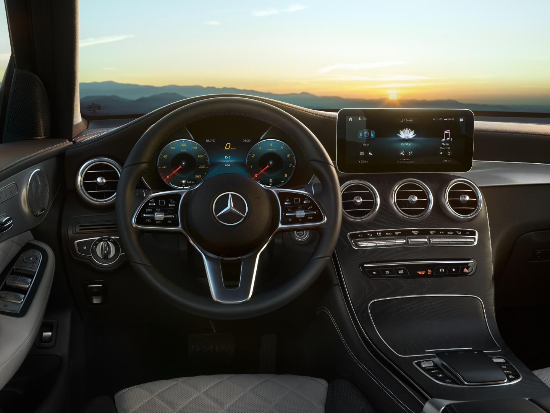Intérieur et extérieur de la Mercedes GLC- couleur rouge