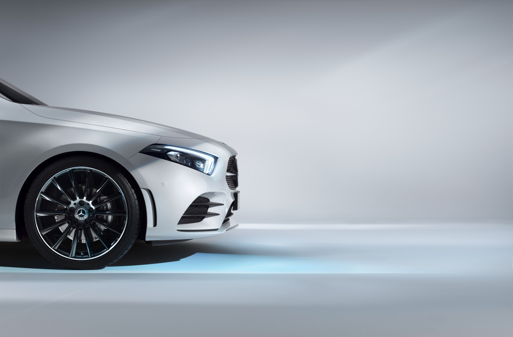 Intérieur et extérieur de la Mercedes Classe A avec vue sur les écran tactiles