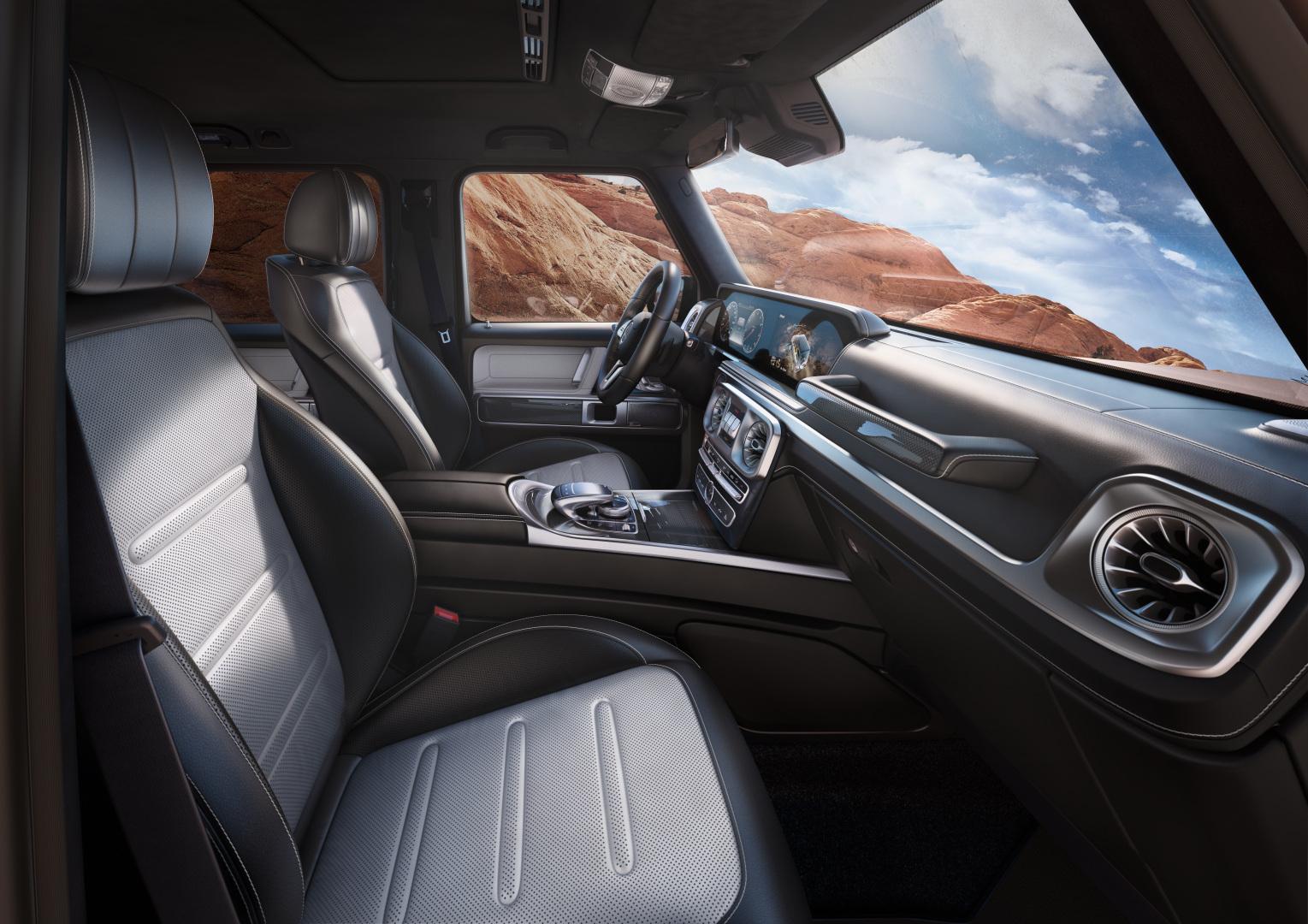 Intérieur et extérieur de la Mercedes Classe G, vue de trois quarts de profil dans la nature