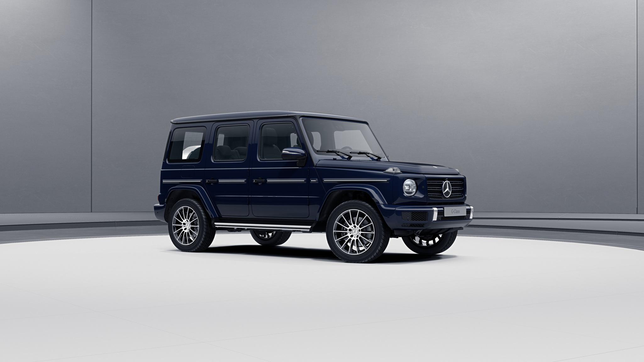Vue de trois quarts de profil de la Mercedes-Benz classe G avec la peinture standard - bleu foncé standard G manufaktur