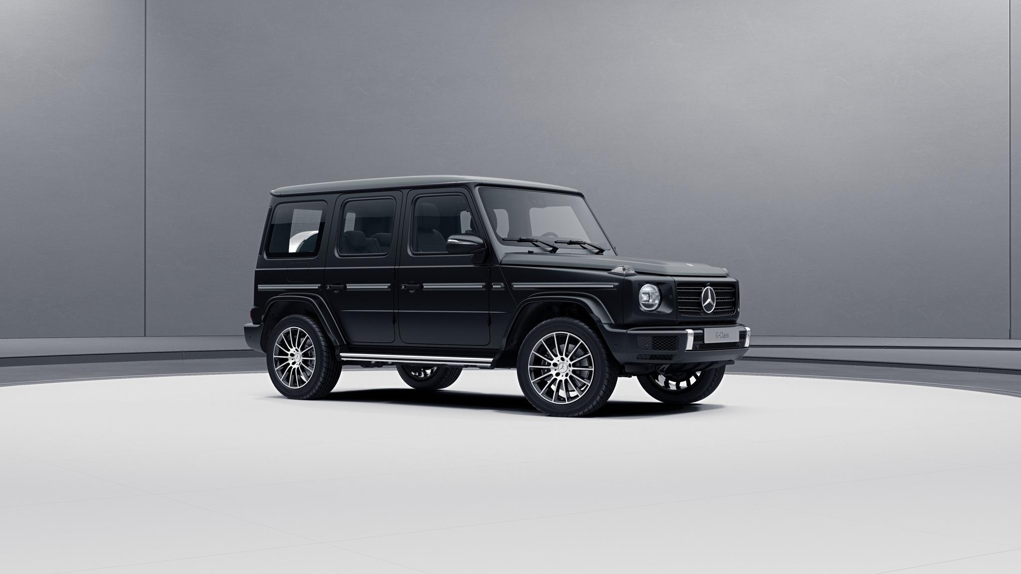Vue de trois quarts de profil de la Mercedes-Benz classe G avec la Peinture magno - Noir nocturne magno G manufaktur