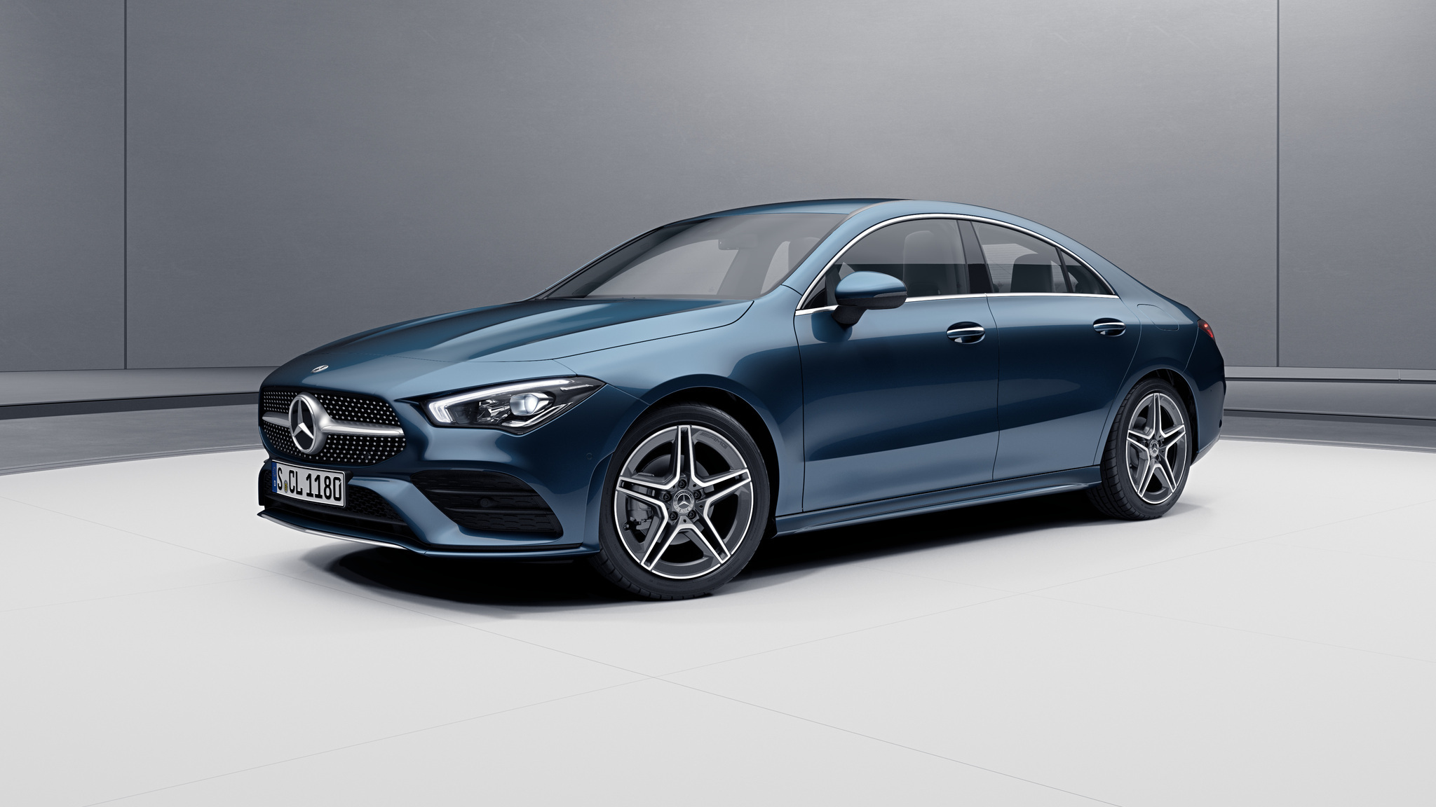 Vue de trois quarts de profil de la Mercedes CLA avec la peinture métallisé - bleu denim