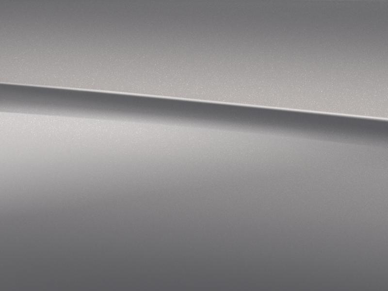 Vue de trois quarts de profil de la Mercedes CLA avec la peinture métallisé - argent mojave