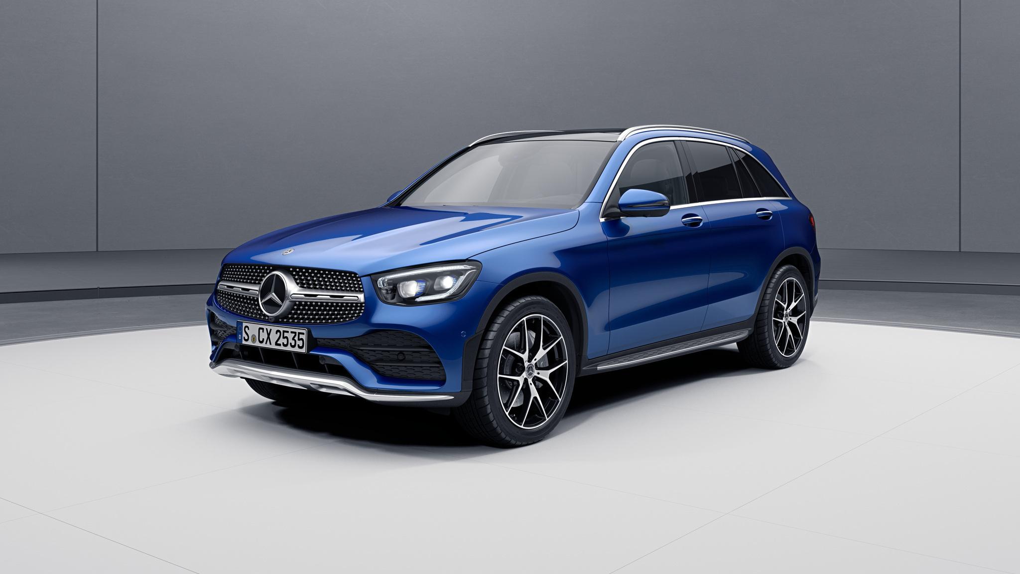 Vue de trois quarts de profil de la Mercedes GLC avec la peinture Métallisé - bleu brillant