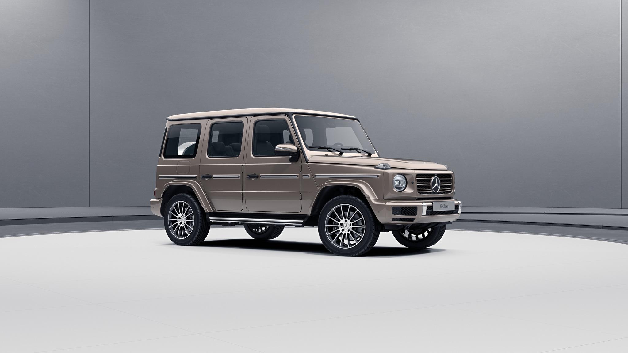 Vue de trois quarts de profil de la Mercedes-Benz classe G avec la peinture métallisé - beige travertin métallisé G manufaktur
