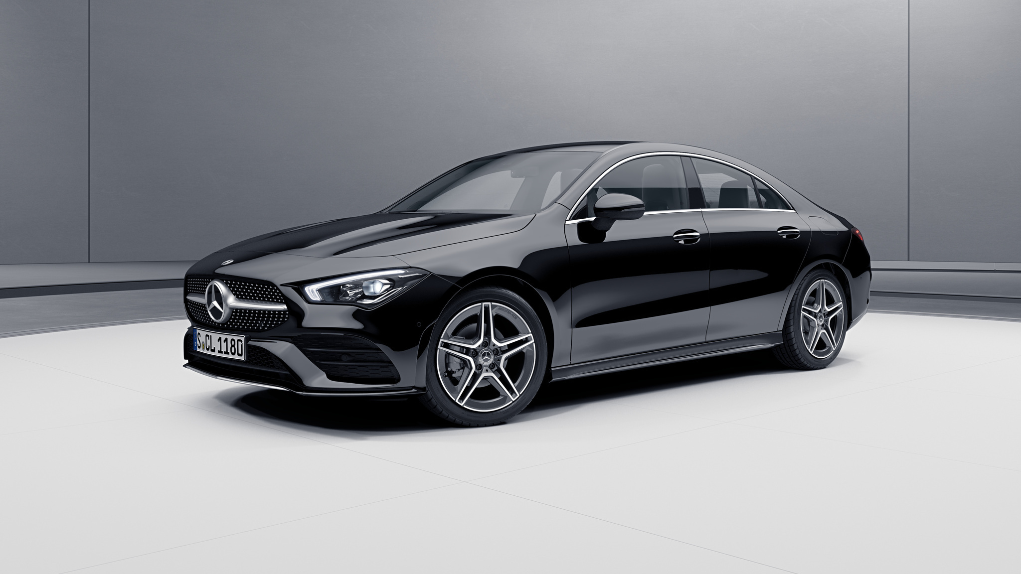 Vue de trois quarts de profil de la Mercedes CLA avec la peinture Standard noir