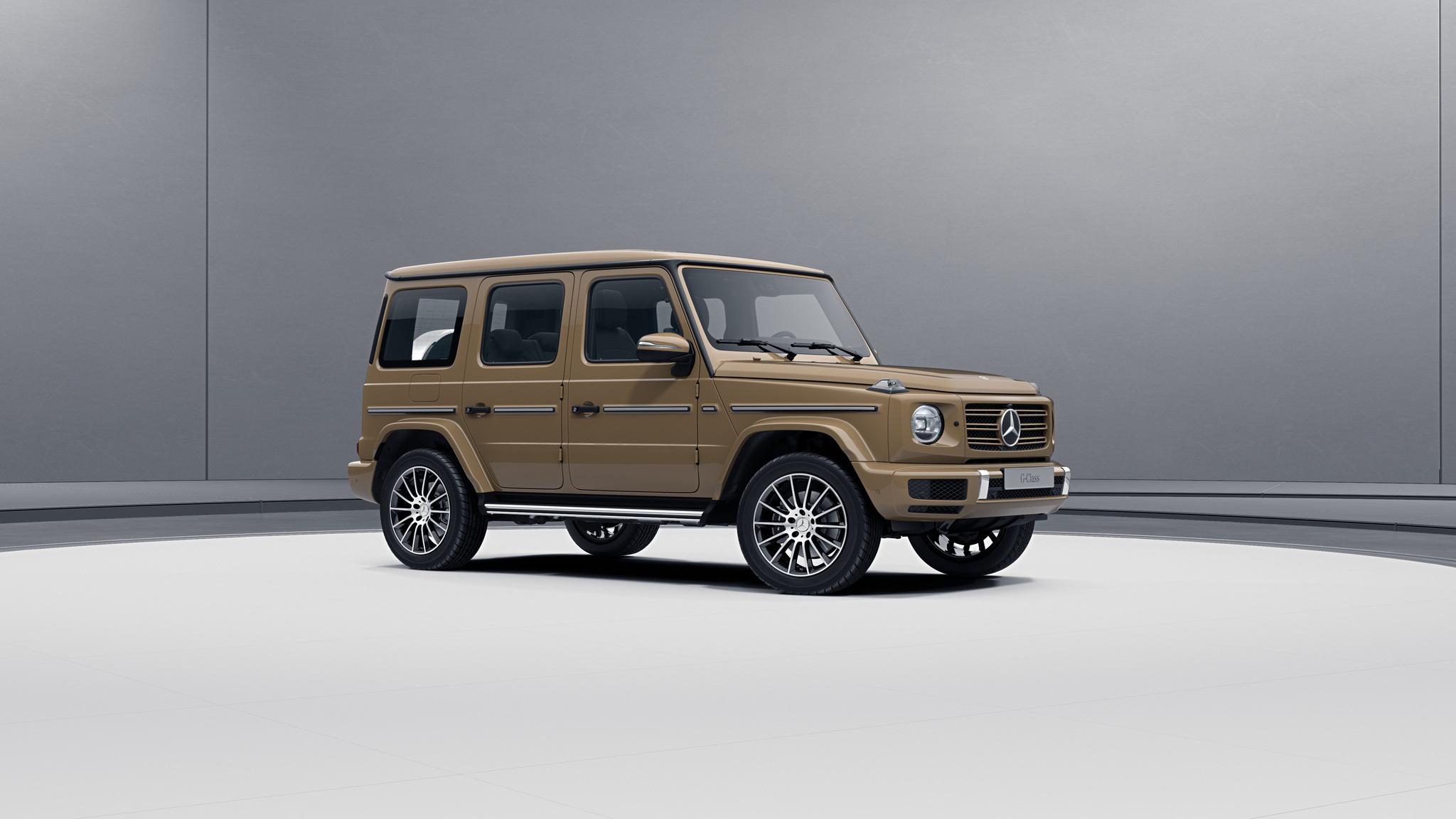 Vue de trois quarts de profil de la Mercedes-Benz classe G avec la peinture standard - Gris Sélénite sable standard G manufaktur