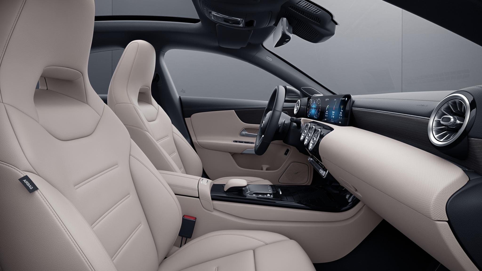 Habitacle de la Mercedes CLA avec une sellerie SIMILICUIR ARTICO siège sport - beige macchiato noir