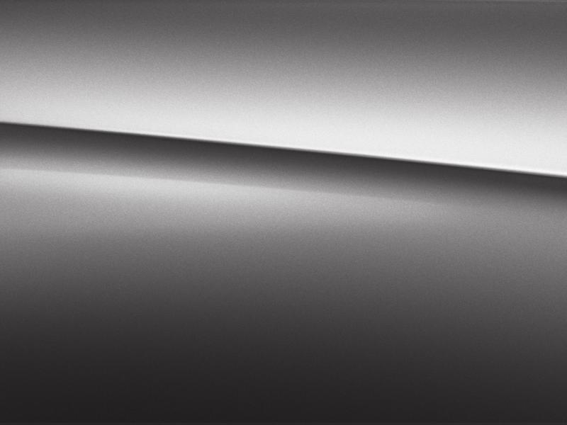Vue de trois quarts de profil de la Mercedes CLA avec la peinture métallisé - gris montagne