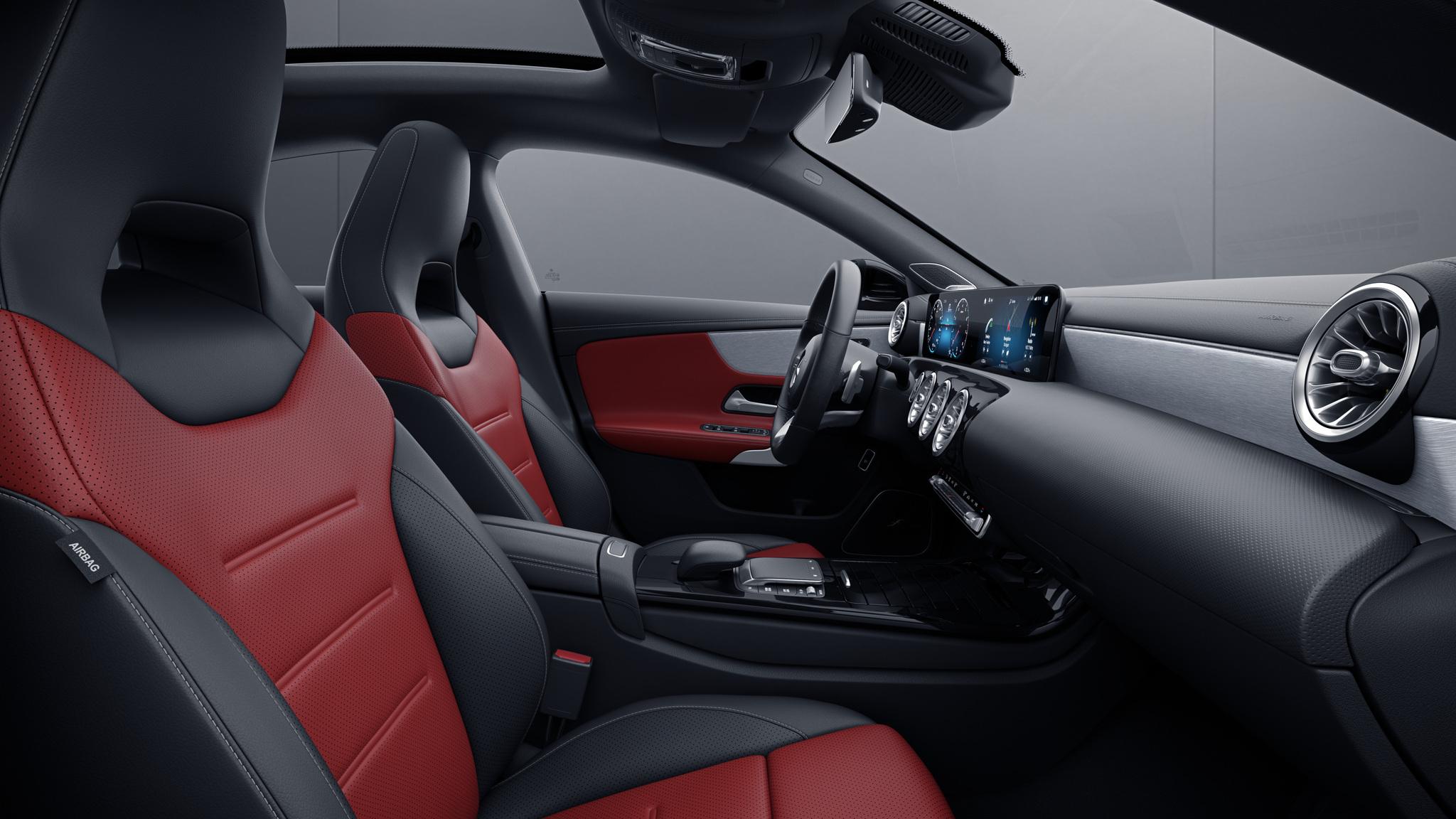 Habitacle de la Mercedes CLA avec une sellerie Cuir bicolore - rouge classique noir