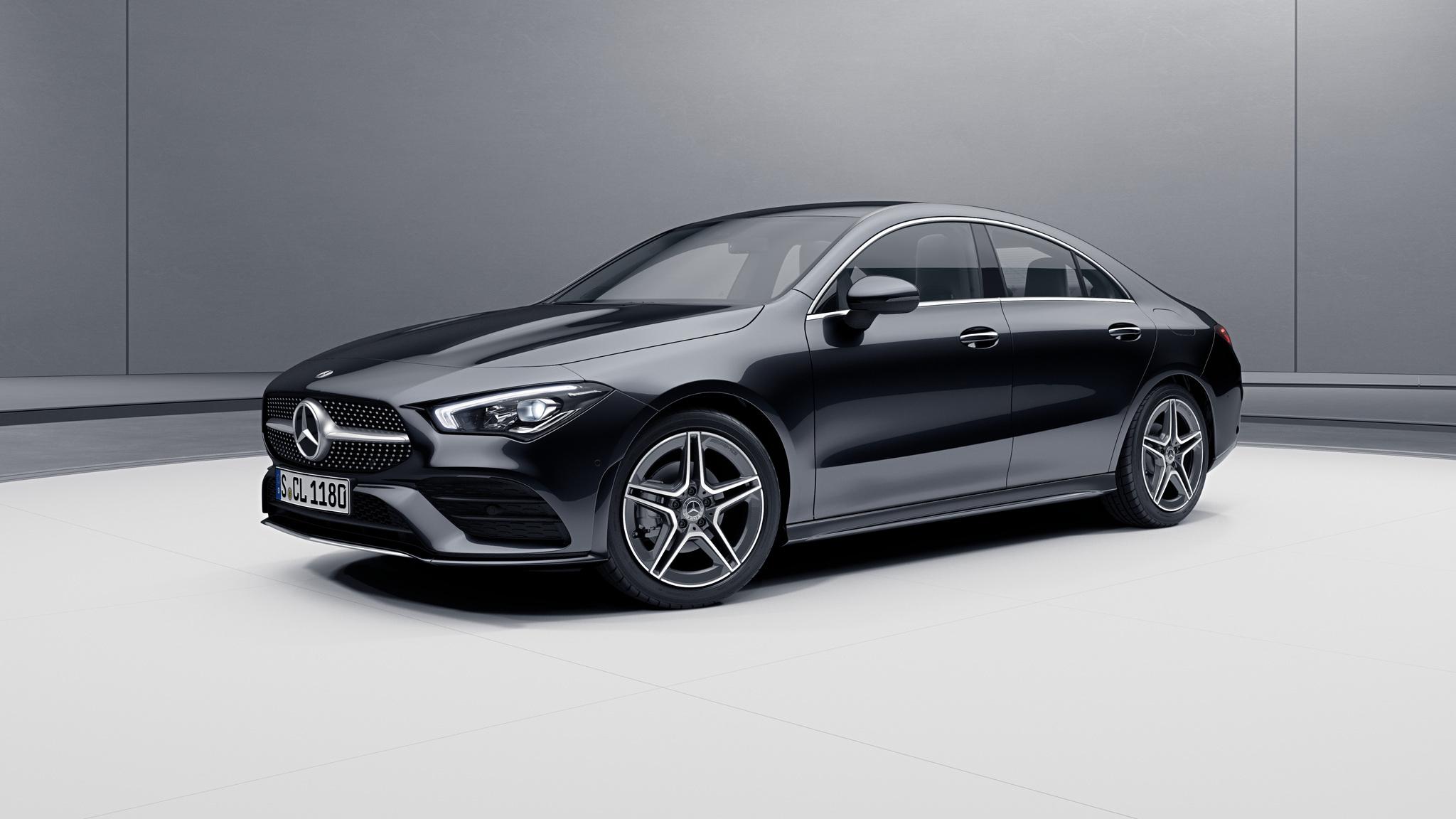 Vue de trois quarts de profil de la Mercedes CLA avec la peinture métallisé noir cosmos