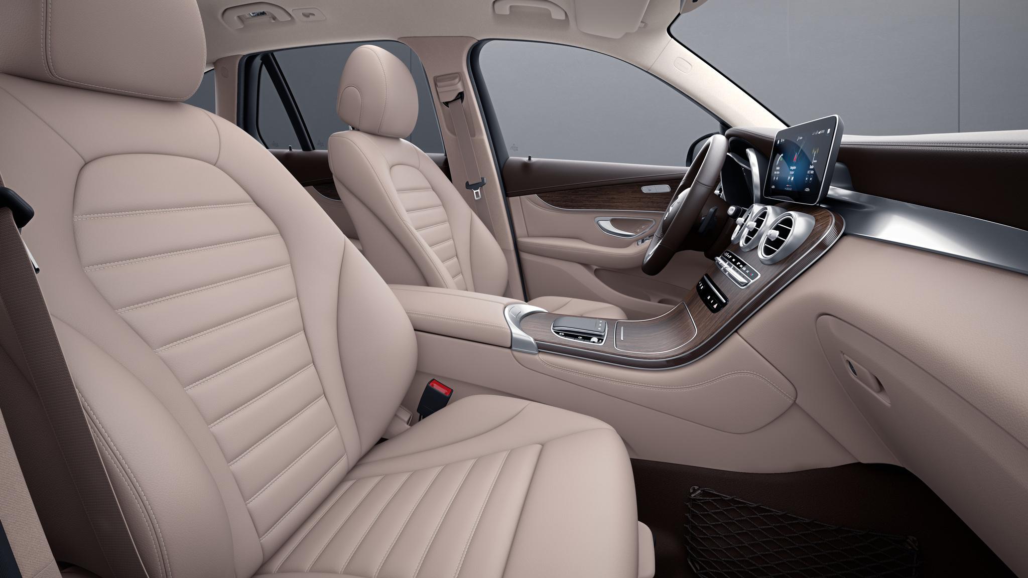 Habitacle de la Mercedes GLC avec une Sellerie cuir - beige soie naturelle marron expresso
