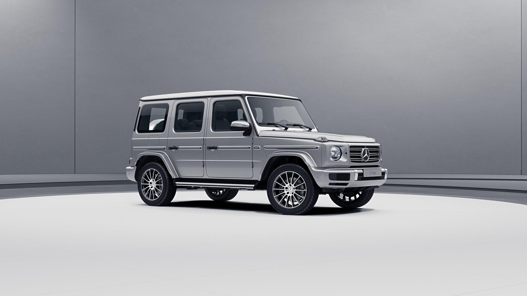 Vue de trois quarts de profil de la Mercedes-Benz Classe G avec la peinture Métallisé - Argent Iridium
