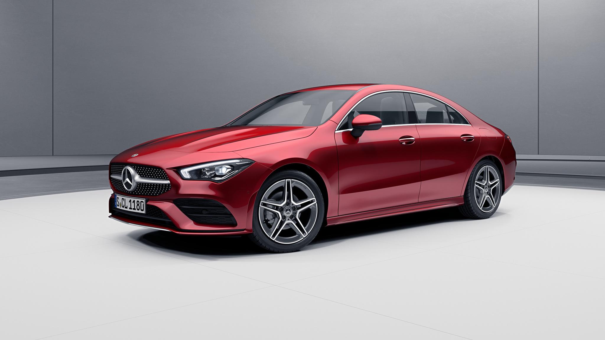 Vue de trois quarts de profil de la Mercedes CLA avec la peinture designo - rouge Patagonie métallisé