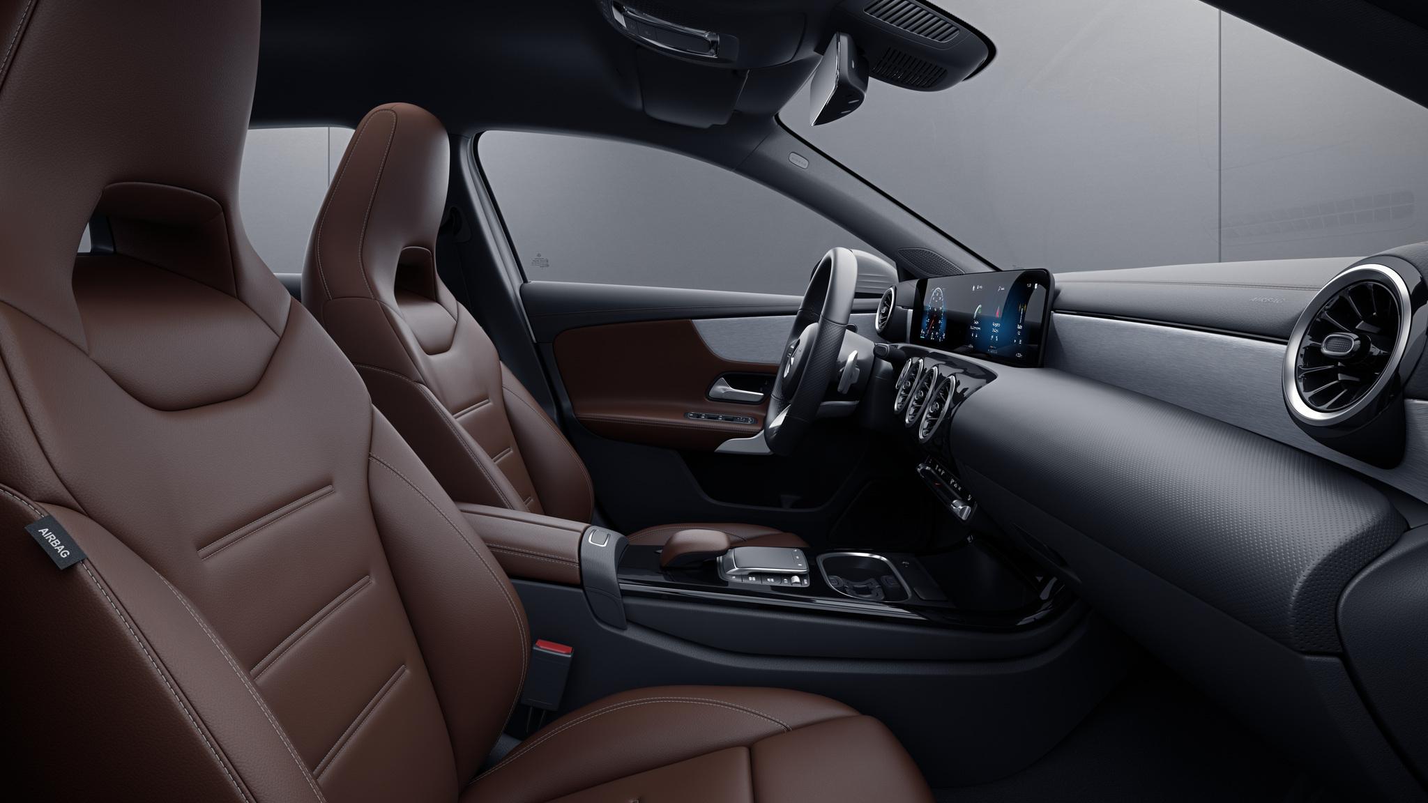 Habitacle de la Mercedes Classe A Berline avec une Sellerie cuir marron bahia noir