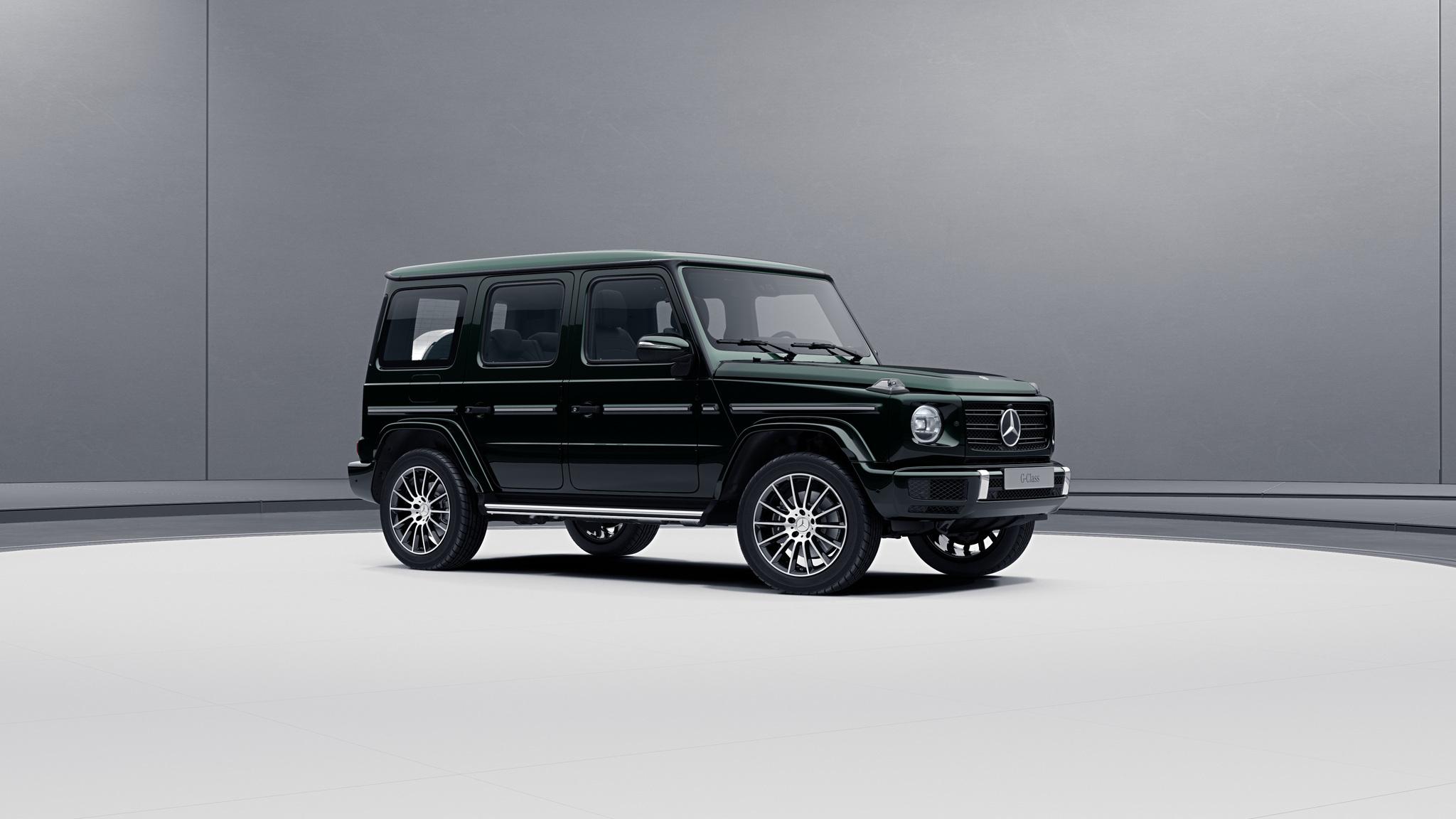 Vue de trois quarts de profil de la Mercedes-Benz Classe G avec la peinture Métallisé Vert Emeraude