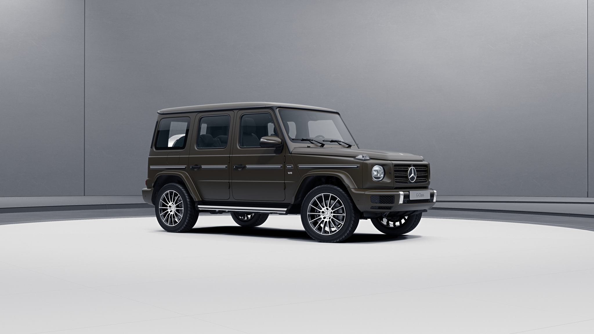 Vue de trois quarts de profil de la Mercedes-Benz classe G avec la Peinture magno - Olive fonce? magno G manufaktur