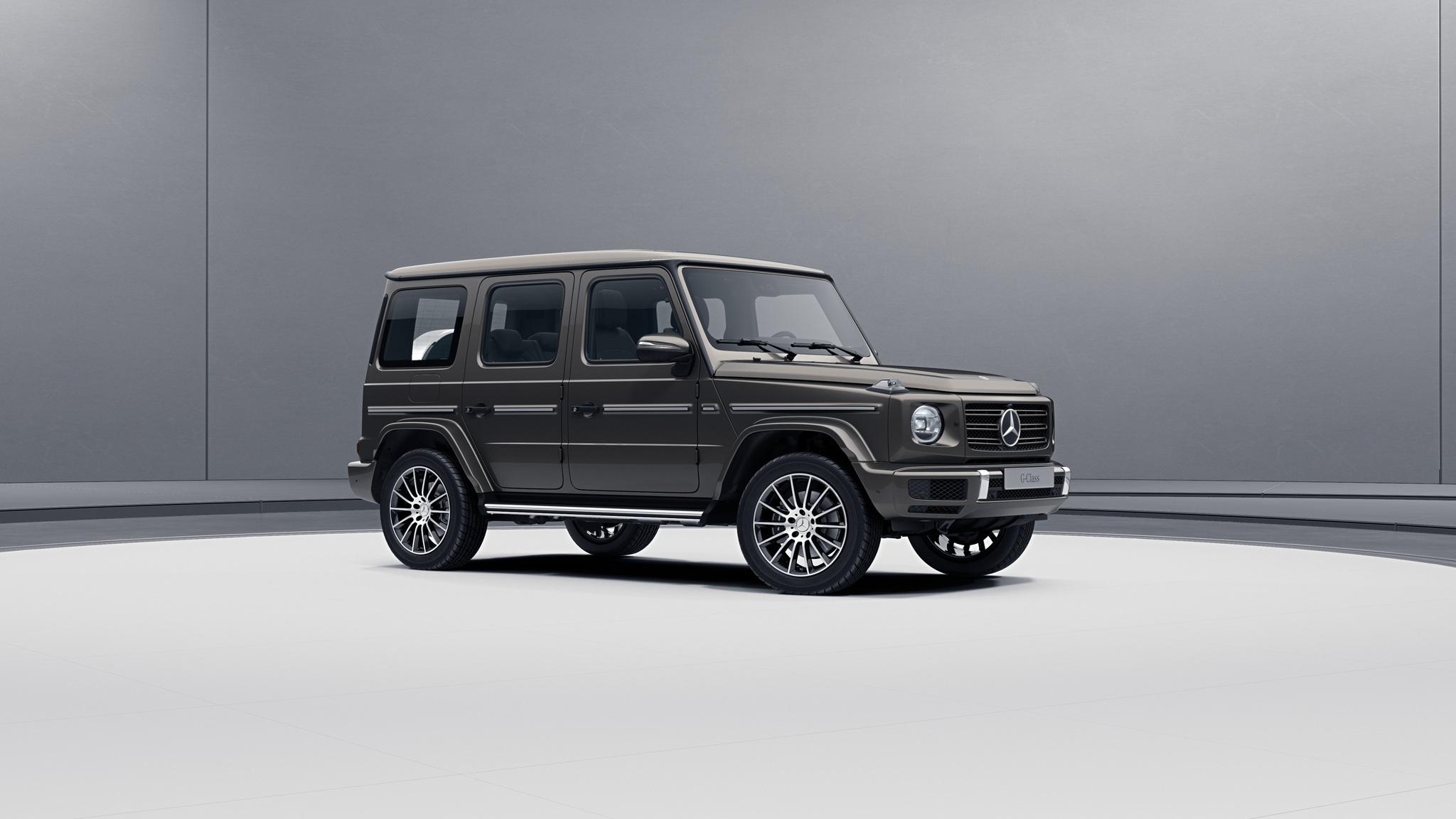 Vue de trois quarts de profil de la Mercedes-Benz classe G avec la peinture me?tallise?e - gris indium métallisé G manufaktur
