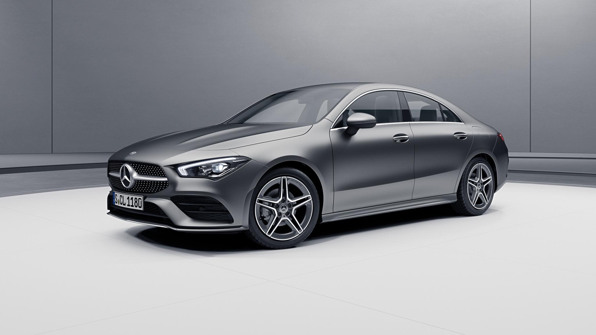 Vue de trois quarts de profil de la Mercedes CLA avec la peinture designo - gris montagne magno