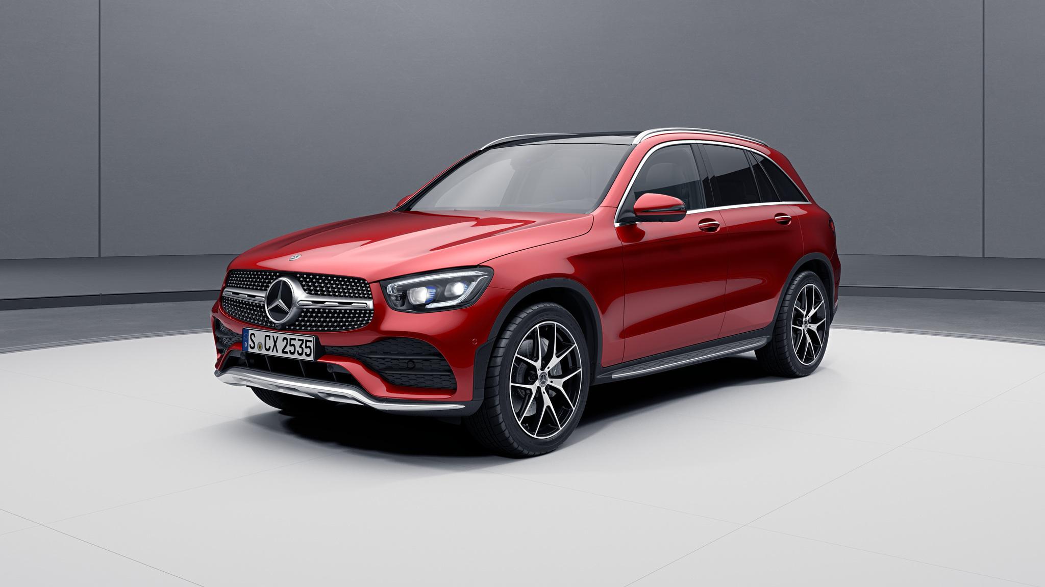 Vue de trois quarts de profil de la Mercedes GLC avec la peinture designo - rouge jacinthe métallisé