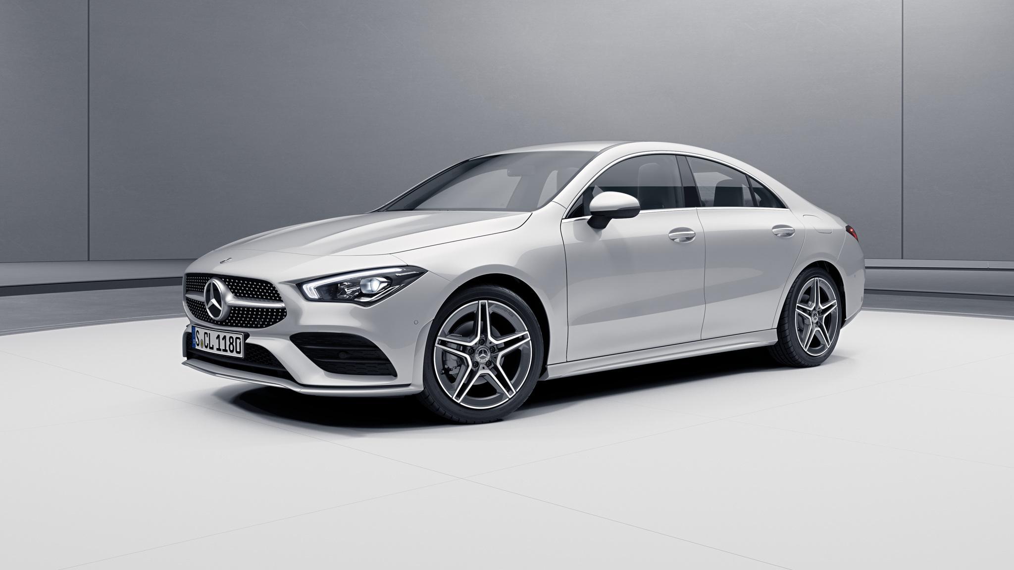 Vue de trois quarts de profil de la Mercedes CLA avec la peinture métallisé blanc numérique