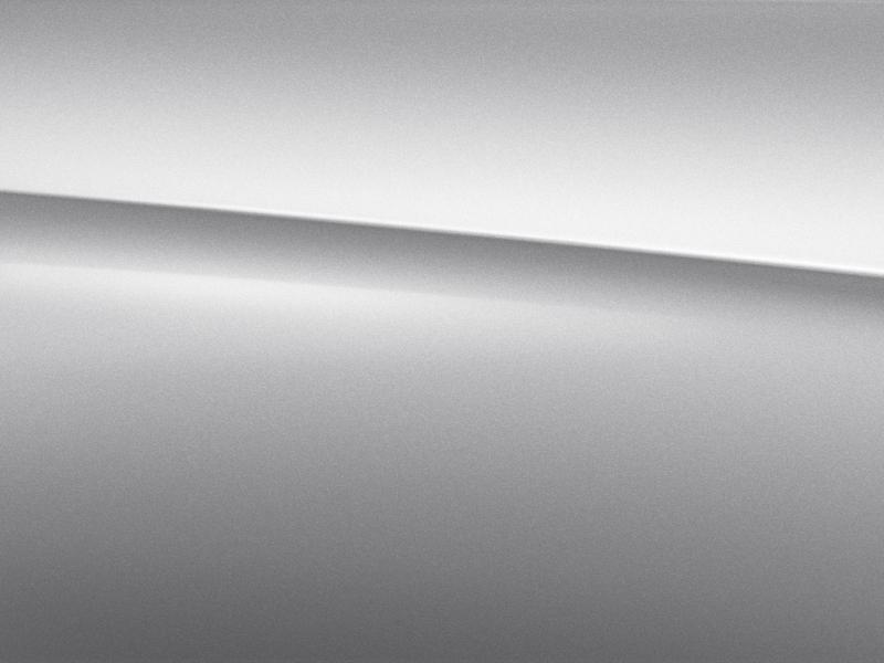Vue de trois quarts de profil de la Mercedes CLA avec la peinture métallisé - argent iridium