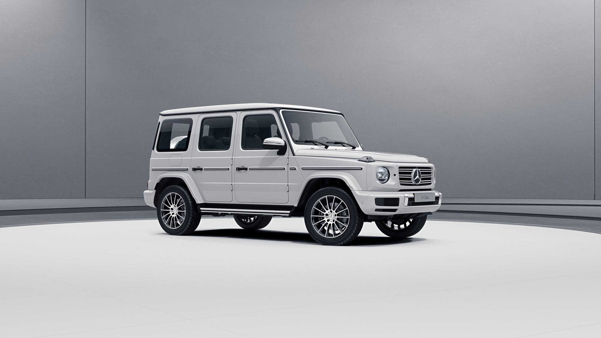 Vue de trois quarts de profil de la Mercedes Classe G avec la peinture Standard blanc polaire