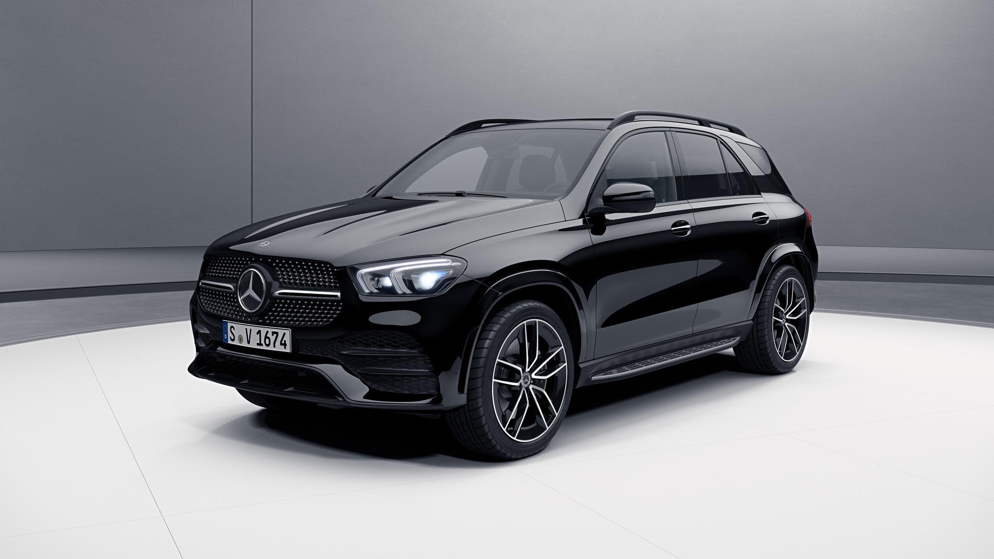 Vue de trois quarts de profil de la Mercedes GLE avec la peinture standard noir