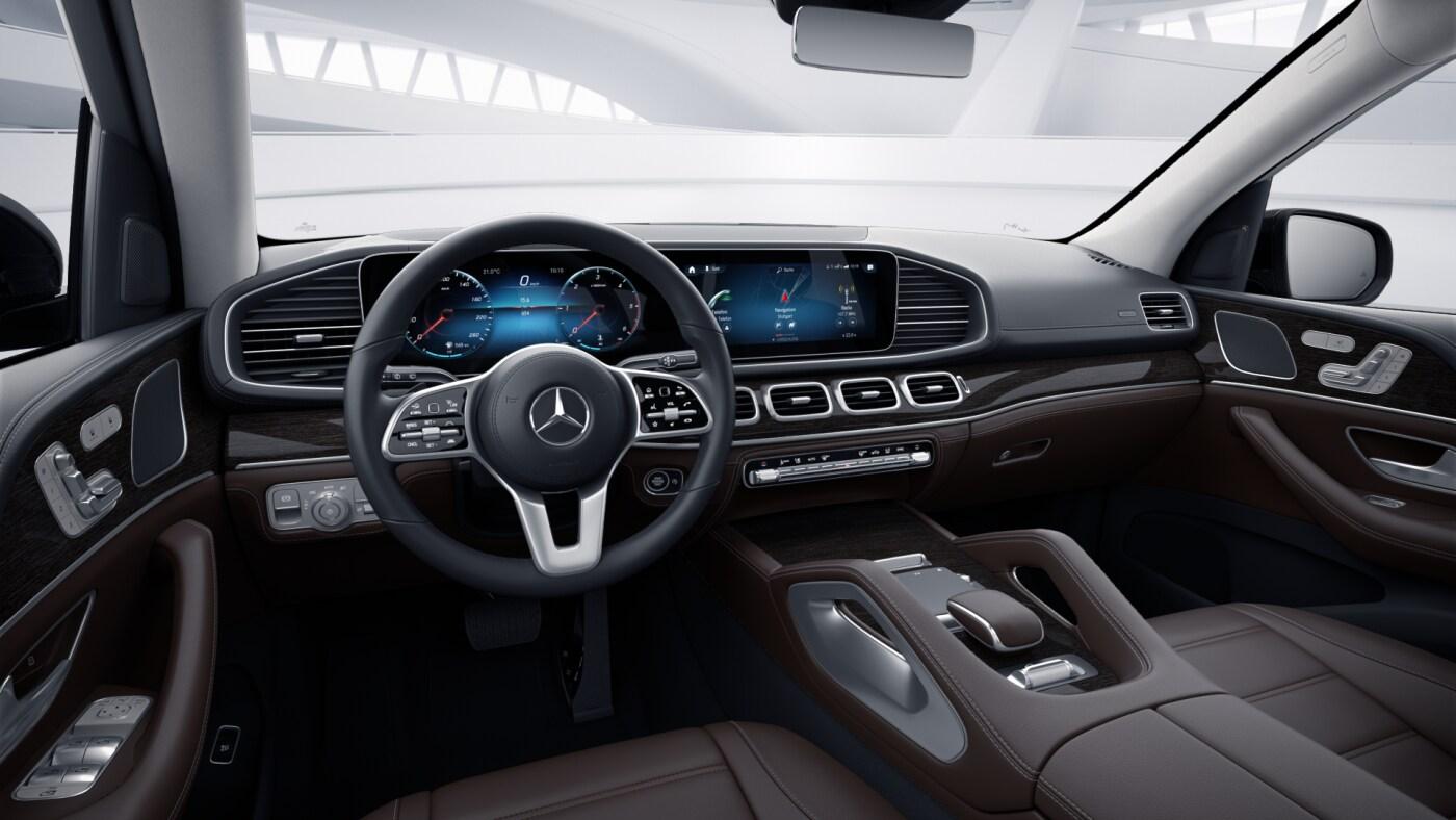 Poste de conduite de la Mercedes GLS Luxury avec vue sur l'écran tactile, sellerie et console centrale