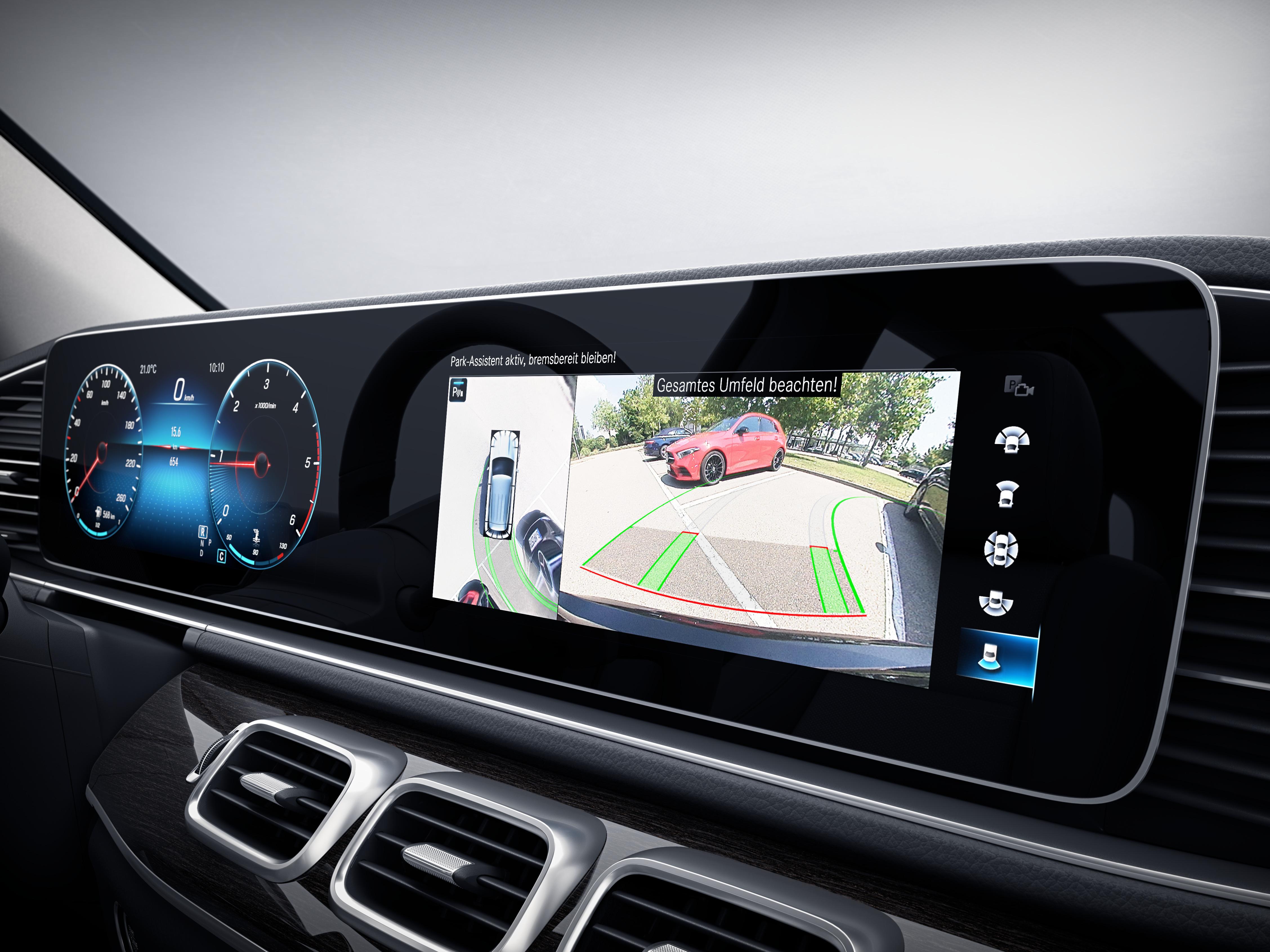 Écran tactile de la Mercedes GLS montrant le système de stationnement à l'aide du caméra panoramique - Finition Luxury