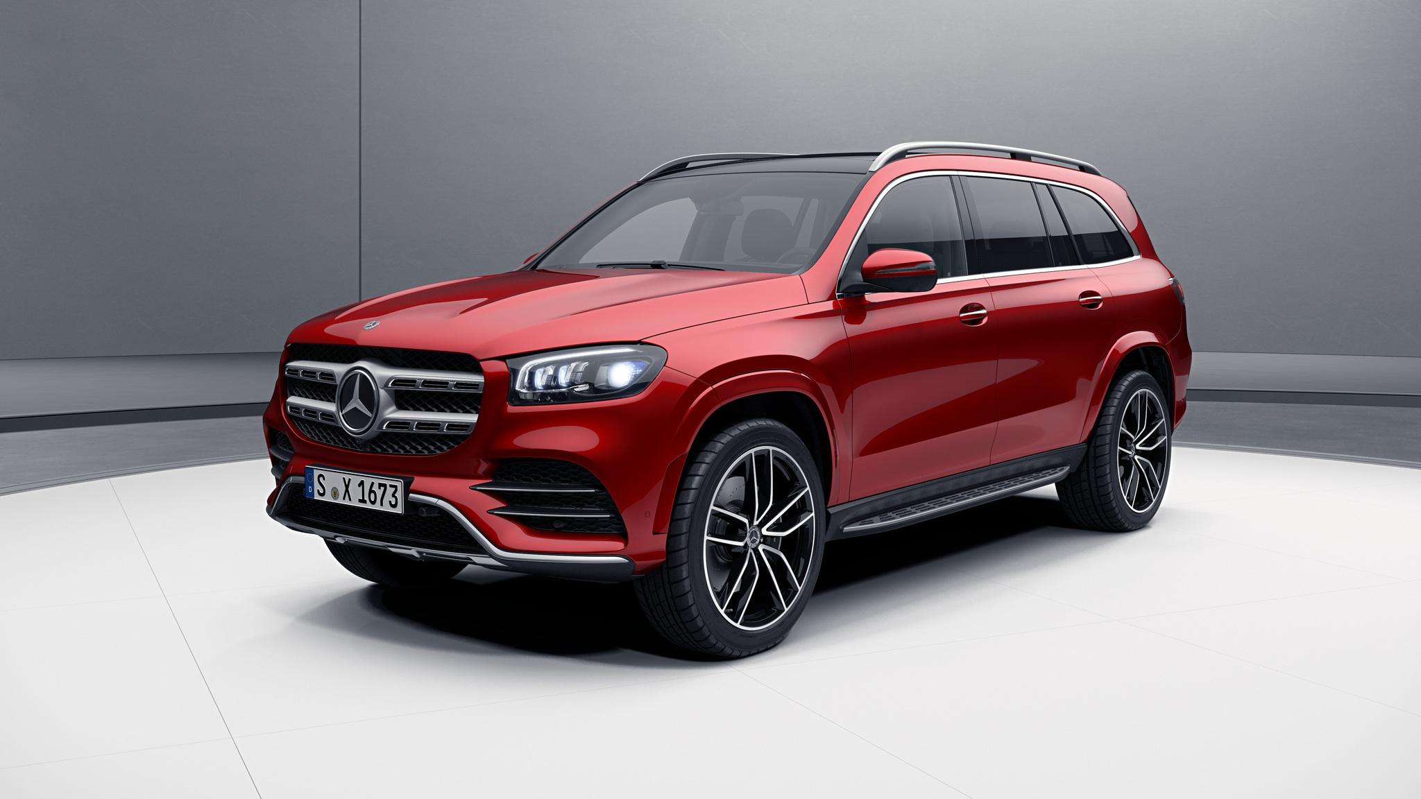 Vue de trois quarts de profil de la Mercedes-Benz GLS designo - rouge jacinthe métallisé