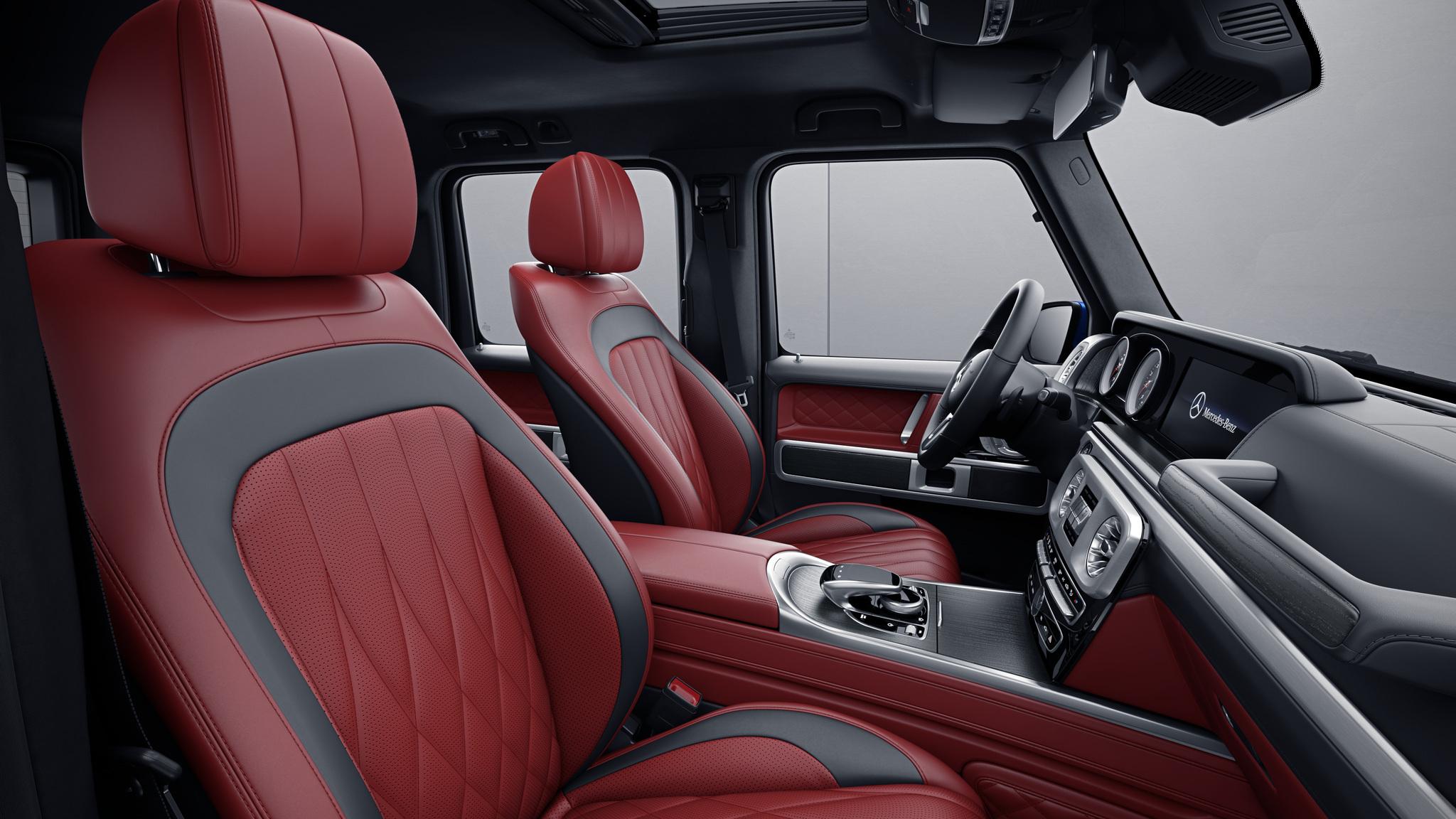 Habitacle de la Mercedes Classe G avec une Sellerie cuir nappa bicolore - rouge classique noir