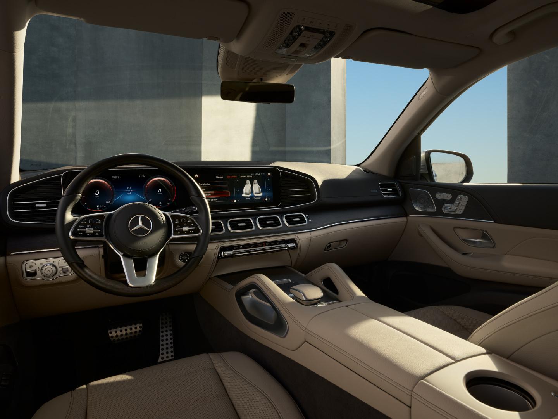 Intérieur de la Mercedes-Benz GLS avec une vue sur le poste de conduite, la console centrale et la sellerie