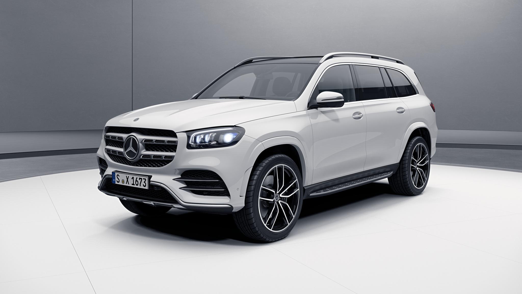 Vue de trois quarts de profil de la Mercedes GLS avec la peinture Standard blanc polaire