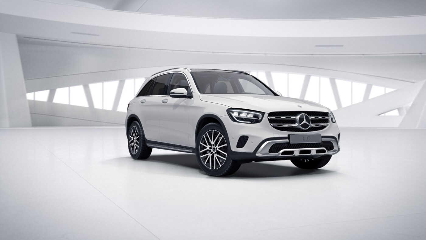 Mercedes-Benz GLC blanche Finition 4 Matic Avantgarde : Vue de trois quarts de profil à l'arrêt