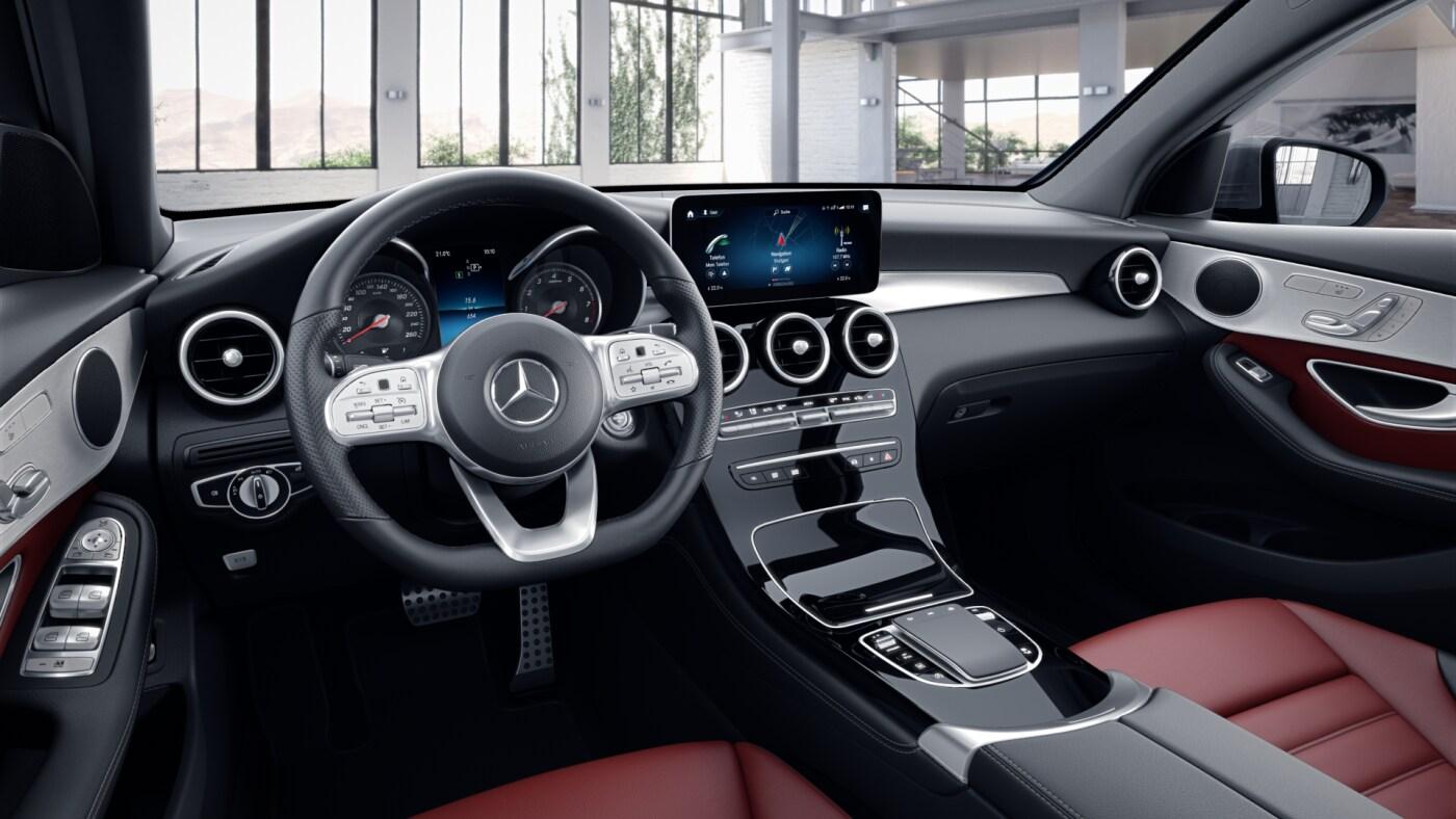 Poste de conduite de la Mercedes GLC Coupé AMG Line avec vue sur l'écran tactile, sellerie et la console centrale