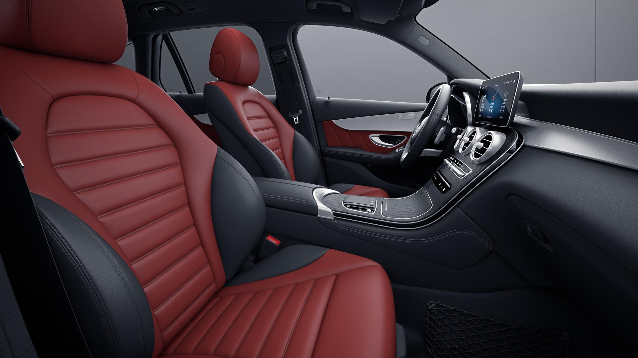Habitacle de la Mercedes GLC Coupé avec une Sellerie cuir bicolore - rouge cranberry noir