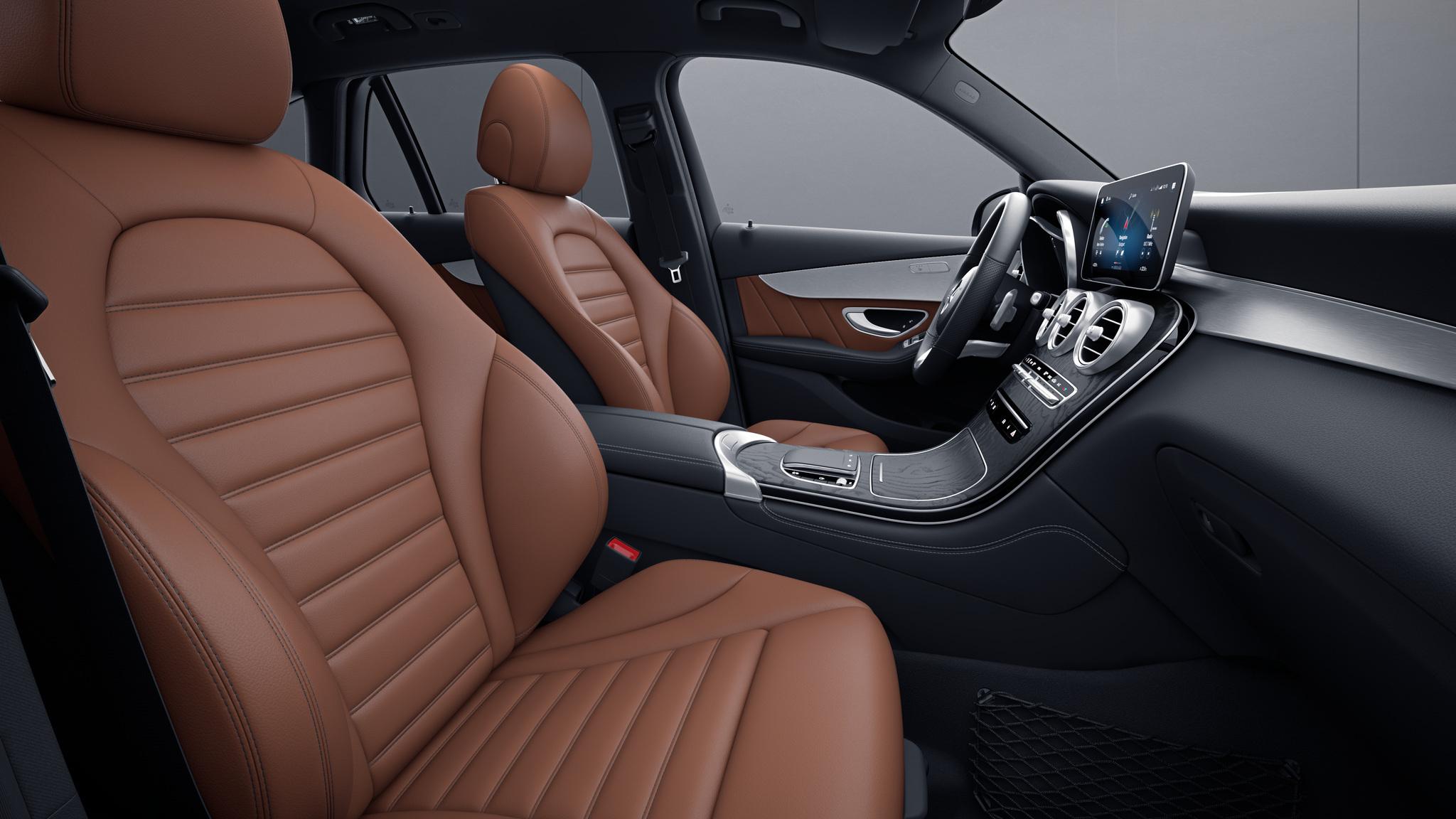 Habitacle de la Mercedes GLC Coupé avec une Sellerie cuir marron noir