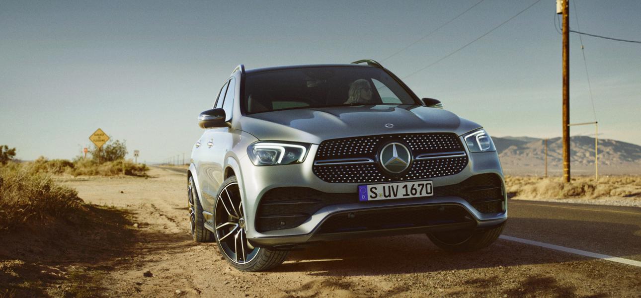 Mercedes GLE Grise en arrêt dans un désert - Vue de trois quarts de profil
