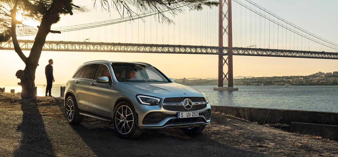 Mercedes GLC Grise en arrêt - Vue de trois quarts de profil à l'arrêt