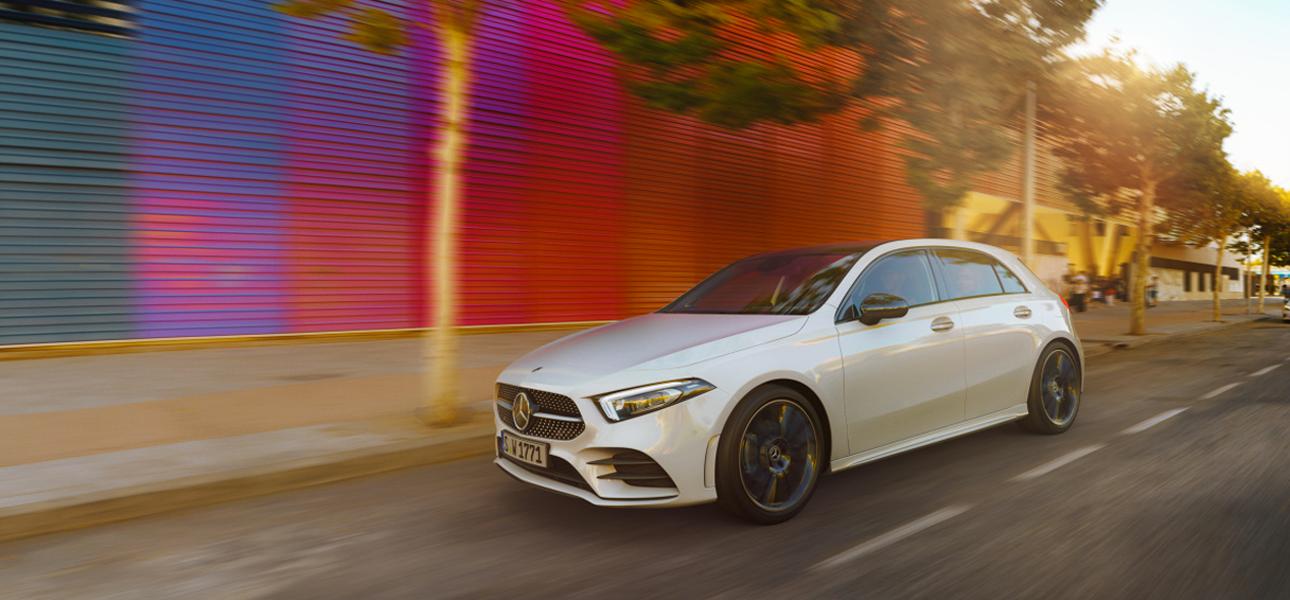 Mercedes-Benz Classe A Blanche en mouvement - Vue de trois quarts du profil