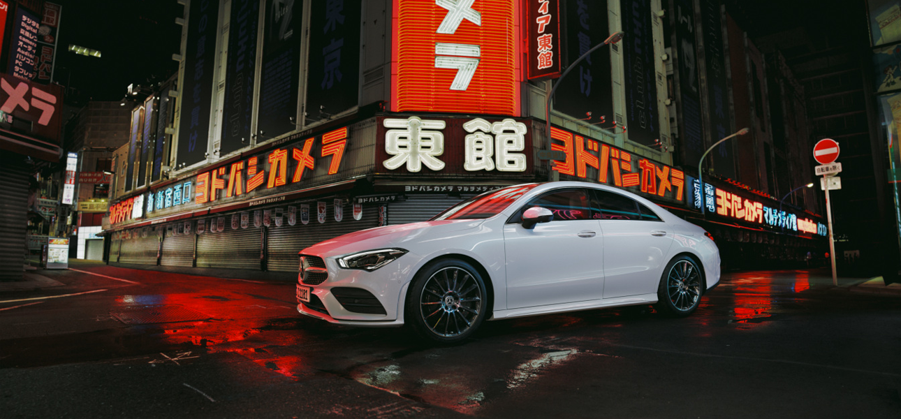Mercedes CLA Blanche en arrêt, vue de trois quarts de profil à l'arrêt