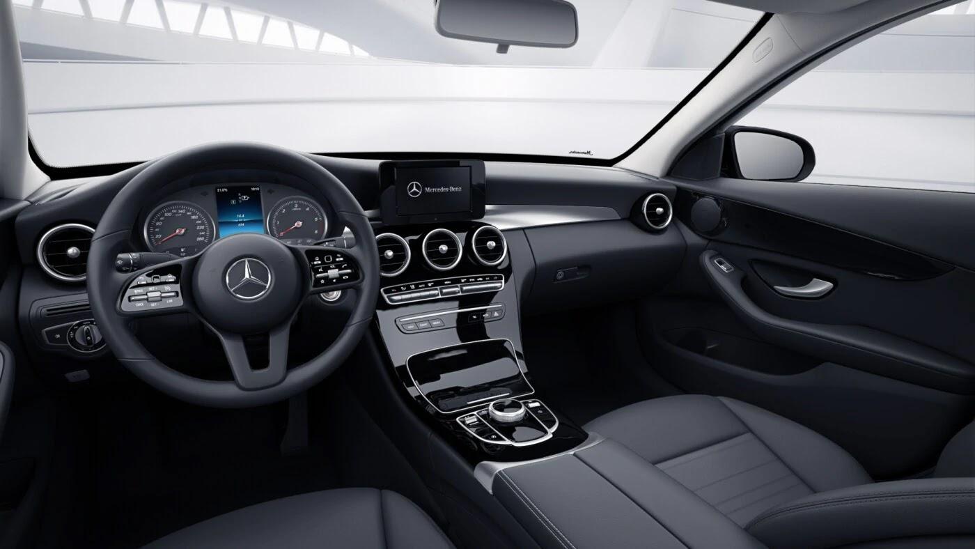 Poste de conduite de la Mercedes Classe C berline avec vue sur les écrans tactiles, sellerie et la console centrale