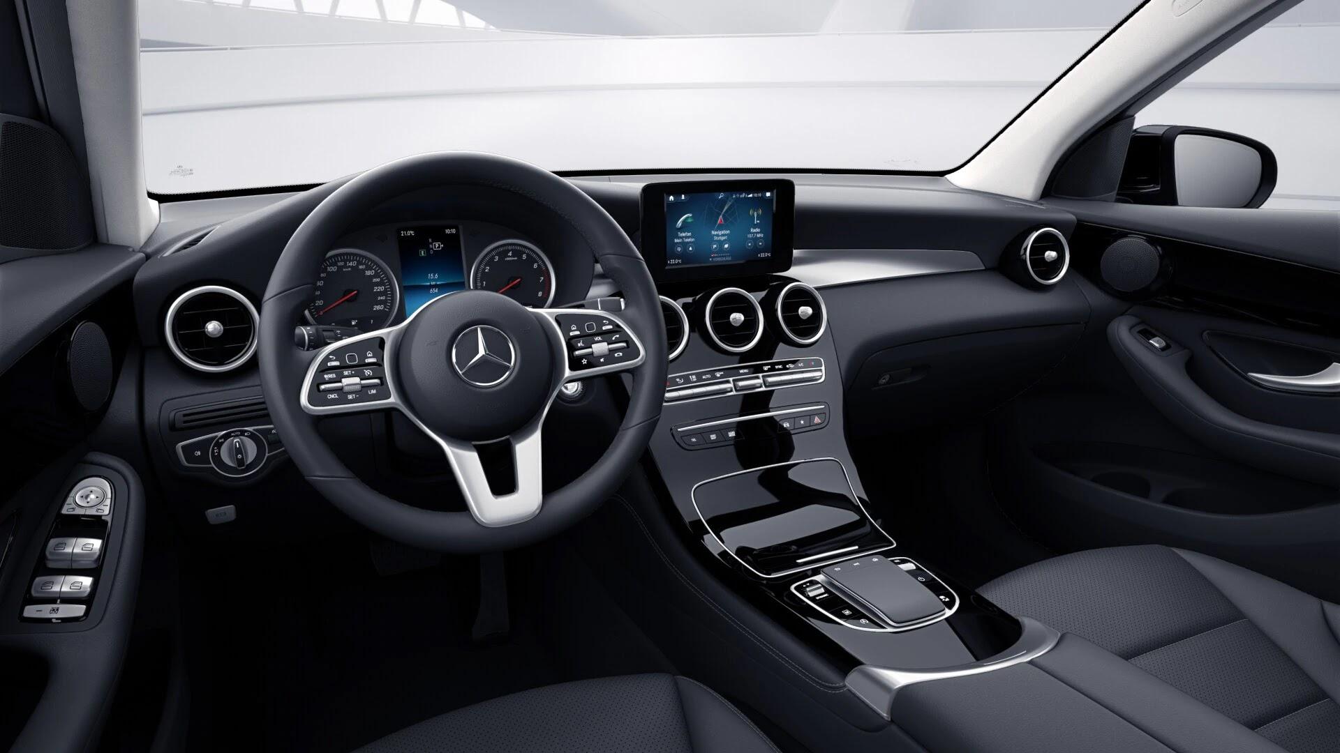 Poste de conduite de la Mercedes GLC Dynamic avec vue sur l'écran tactile, sellerie et la console centrale