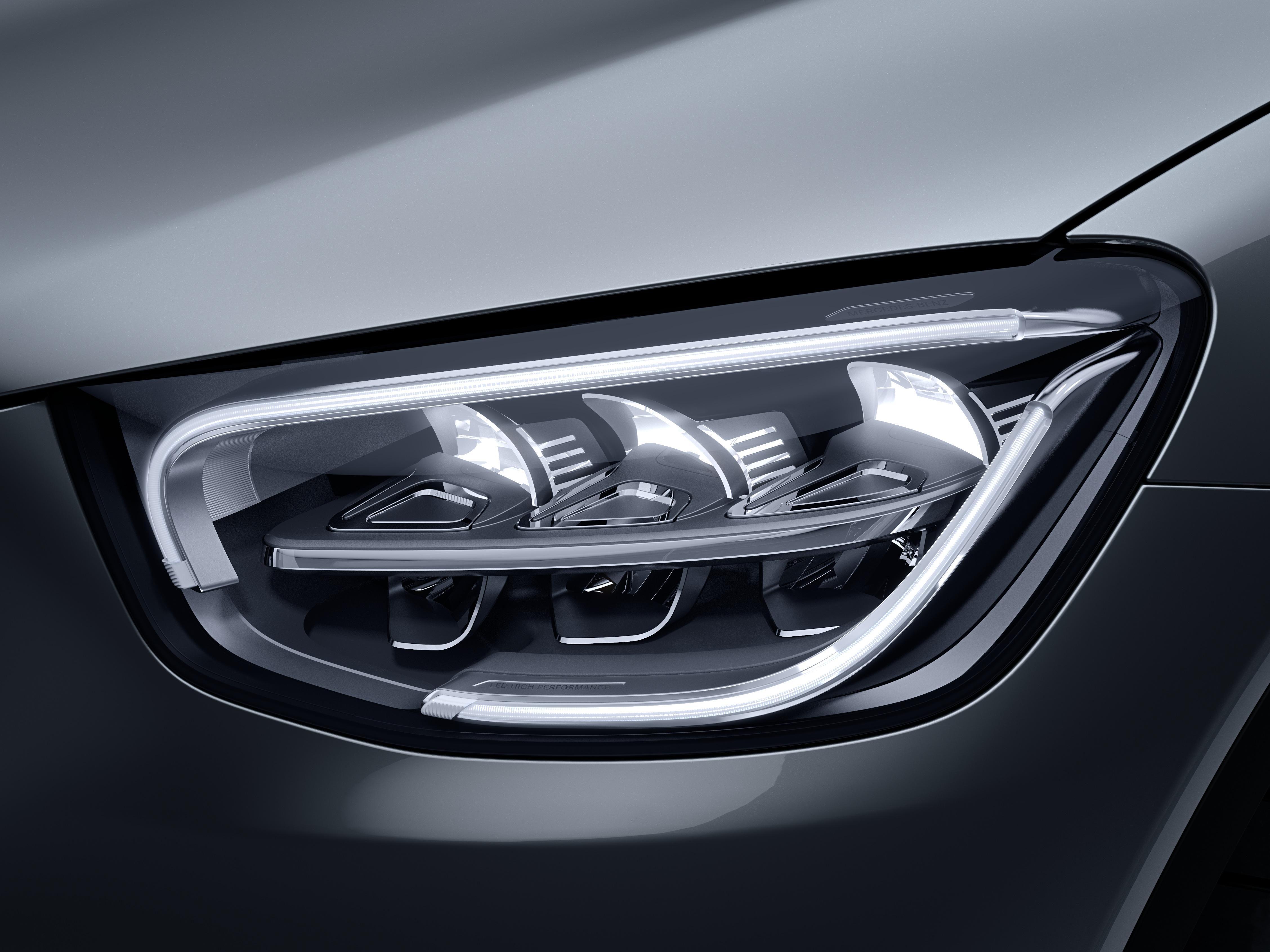 Phares de la Mercedes GLC Dynamic avec vue sur l'écran tactile, sellerie et la console centrale