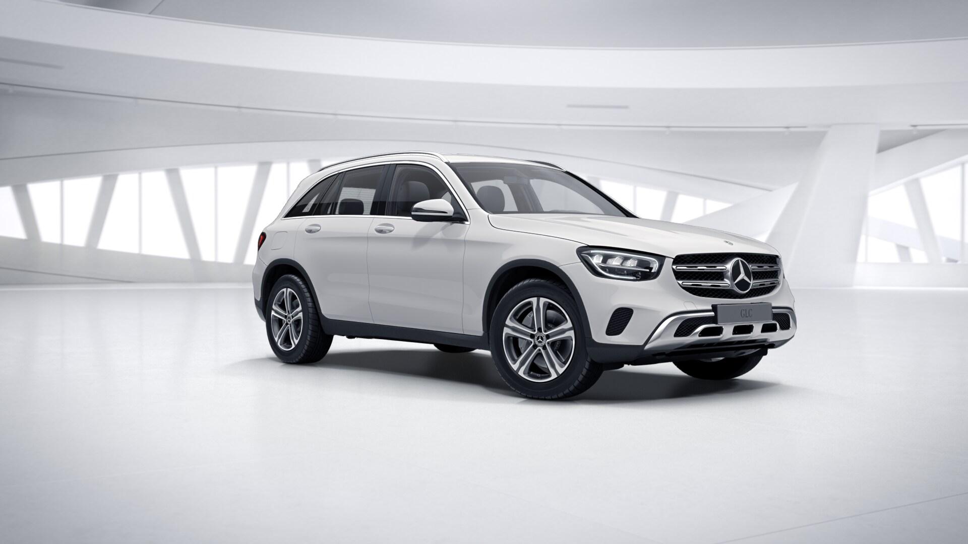 Mercedes Benz GLC blanche Finition 4 Matic Dynamic  : Vue de trois quarts de profil à l'arrêt