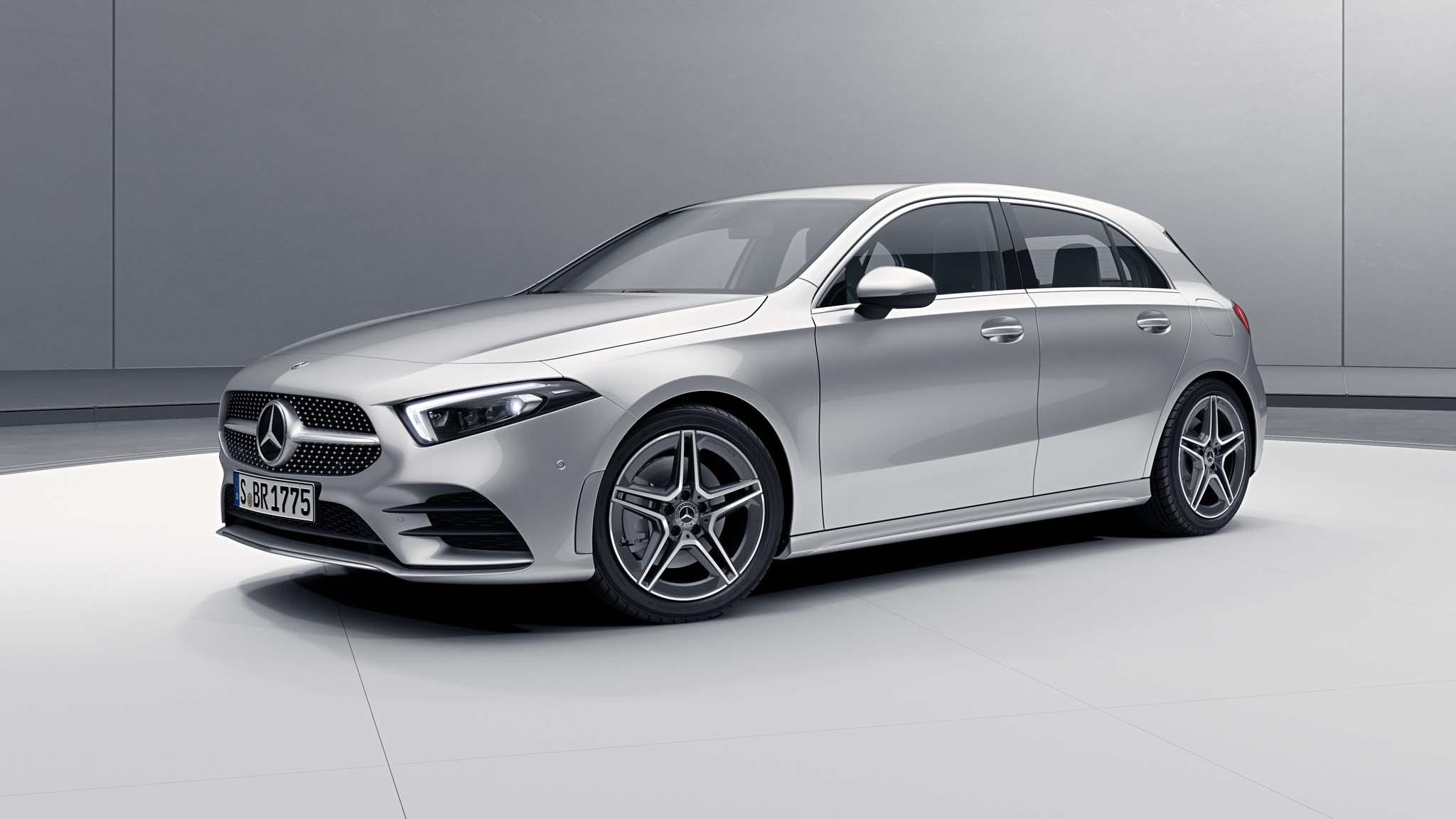 Vue de trois quarts de profil de la Mercedes Classe A avec la peinture Métallisé - Argent Iridium