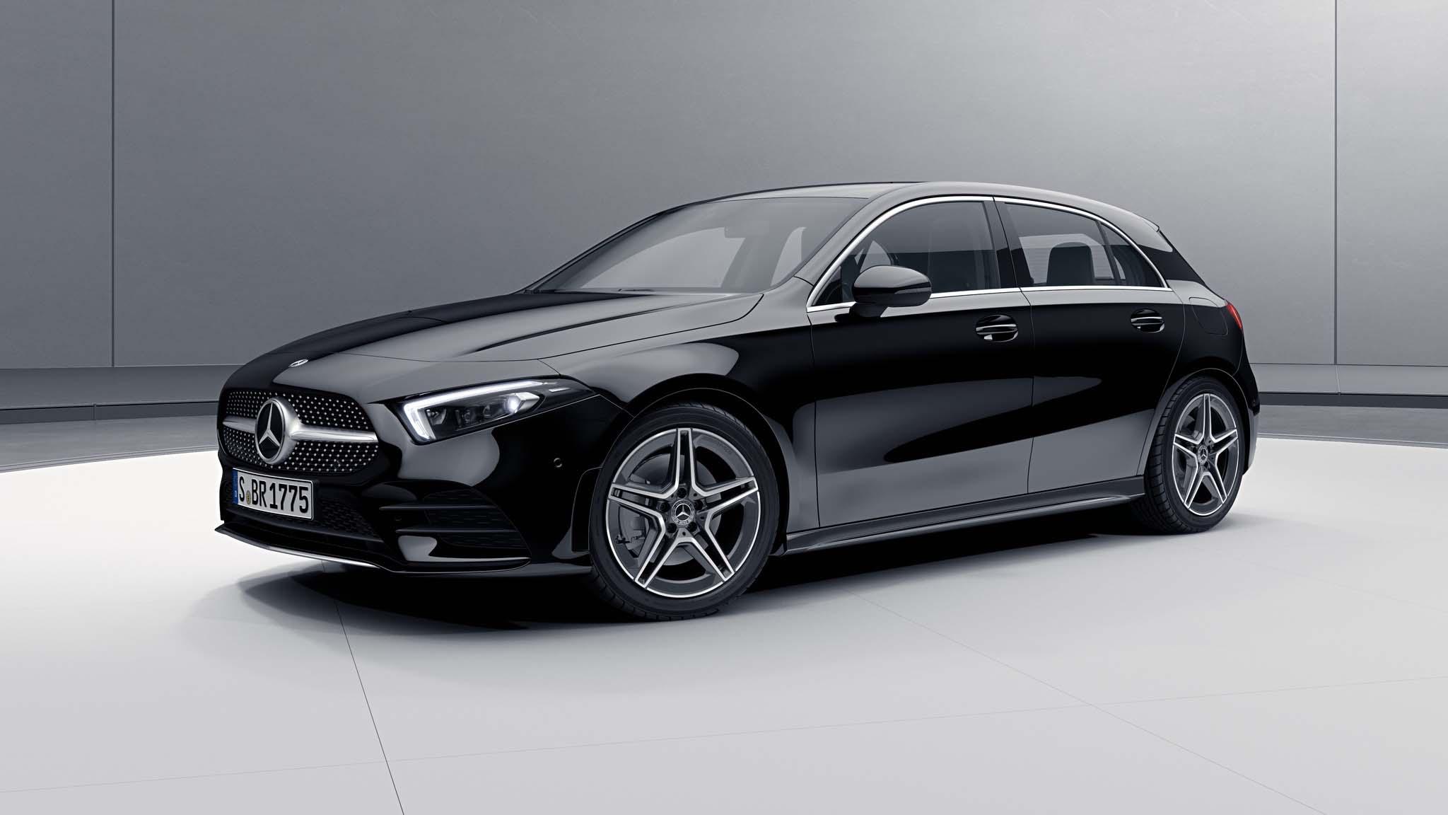 Vue de trois quarts de profil de la Mercedes Classe A avec la peinture Standard noir