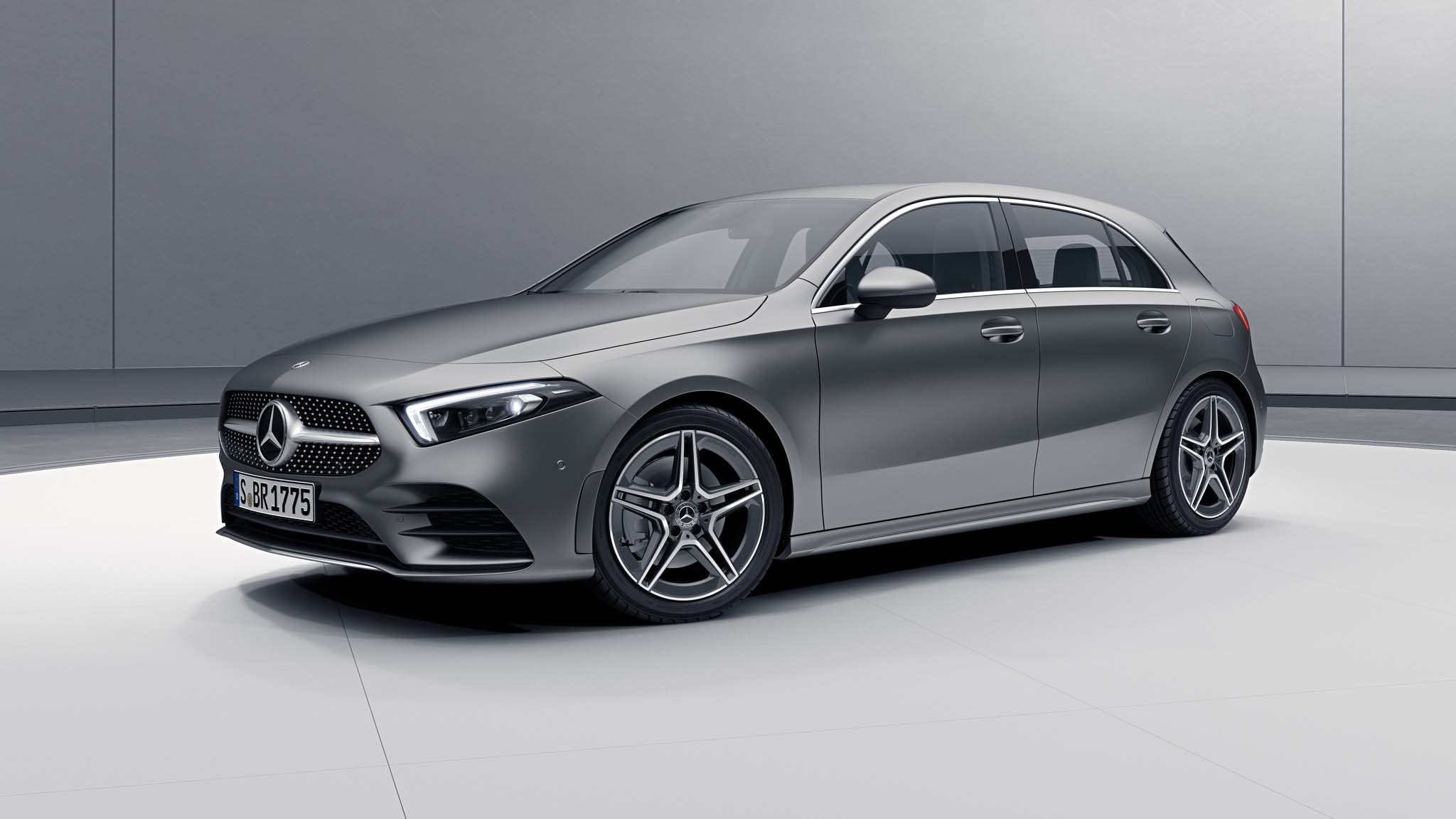 Vue de trois quarts de profil de la Mercedes Classe A avec la peinture designo - Gris Montagne Magno