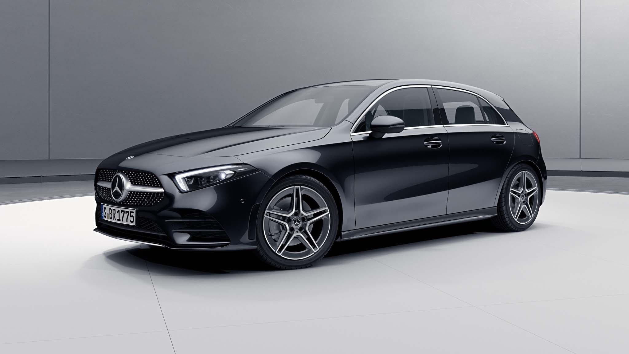 Vue de trois quarts de profil de la Mercedes Classe A avec la peinture Métallisé - Noir Cosmos
